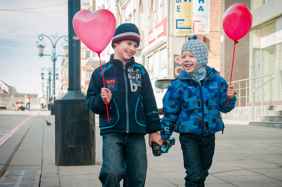 Счастливые дети, которым МОФ Доброе сердце подарил шарик в форме сердечка