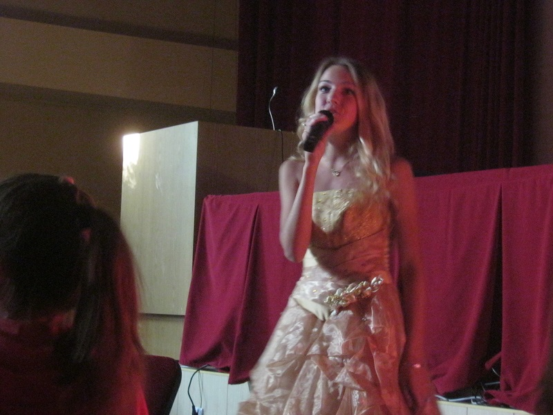 Настя Федуро поёт песню