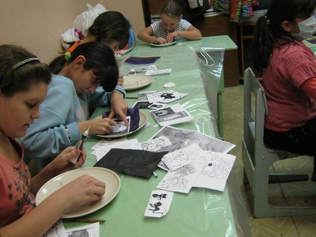 Ребята усердно наносят рисунок на тарелку