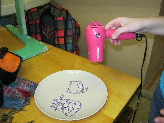 Дети сами раскрашивали тарелки, смывали недочеты, сушили феном слои.