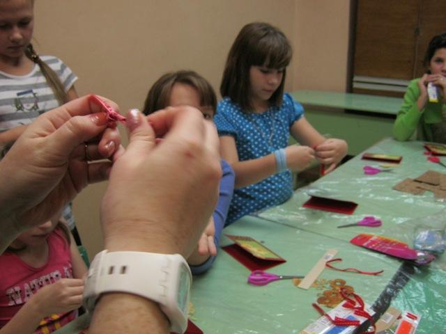 """Волонтёры фонда """"Доброе сердце"""" показывают как нужно делать Новогодние открытки"""