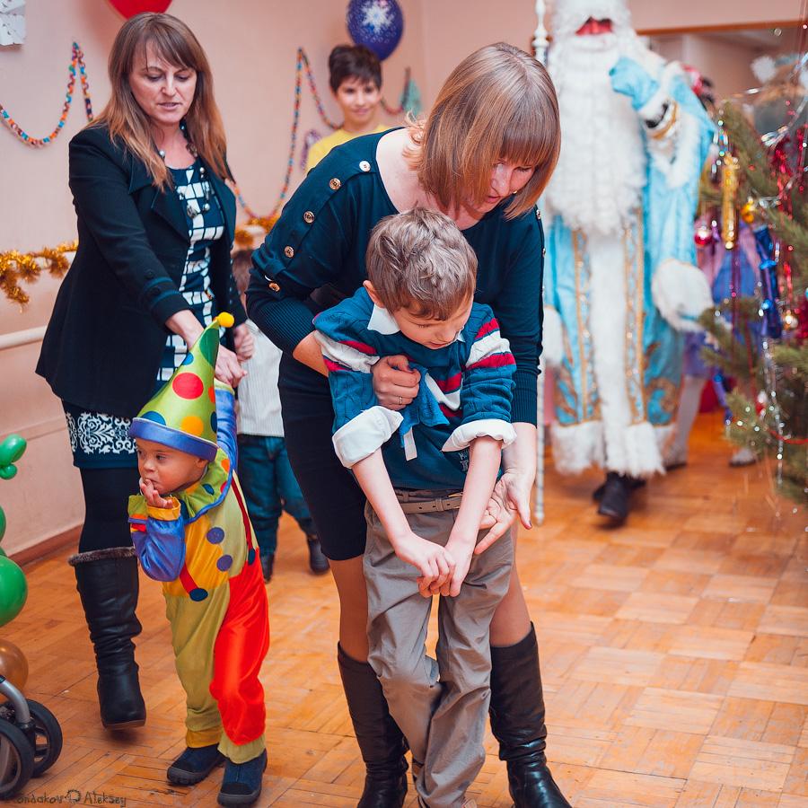 Добрый Дедушка Мороз и Снегурочка зажгли вместе с детками Ёлочку