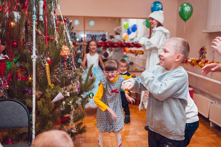 Детей встретила Снегурочка - весёлая помощница Деда Мороза