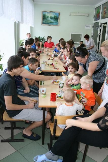 Дети поедают вкусные и сладкие блины