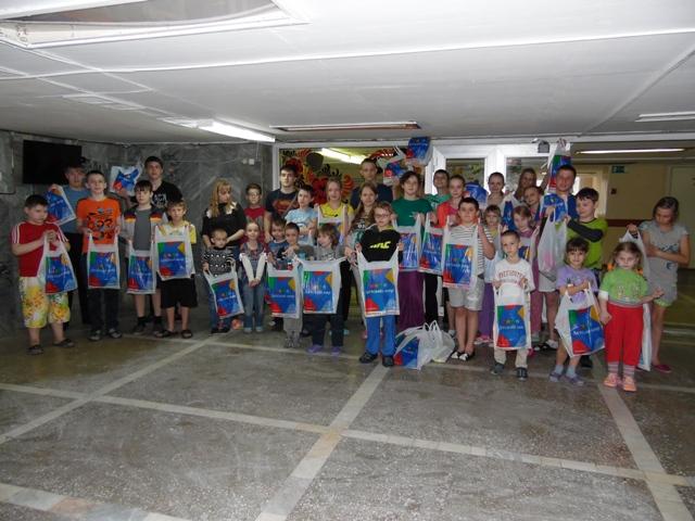 Дети радуются подаркам от детского мира